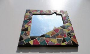 miroir carré en mosaïque multicolore