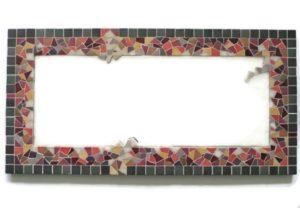 Miroir rectangulaire en mosaïque face pourpre, orangé et gris.