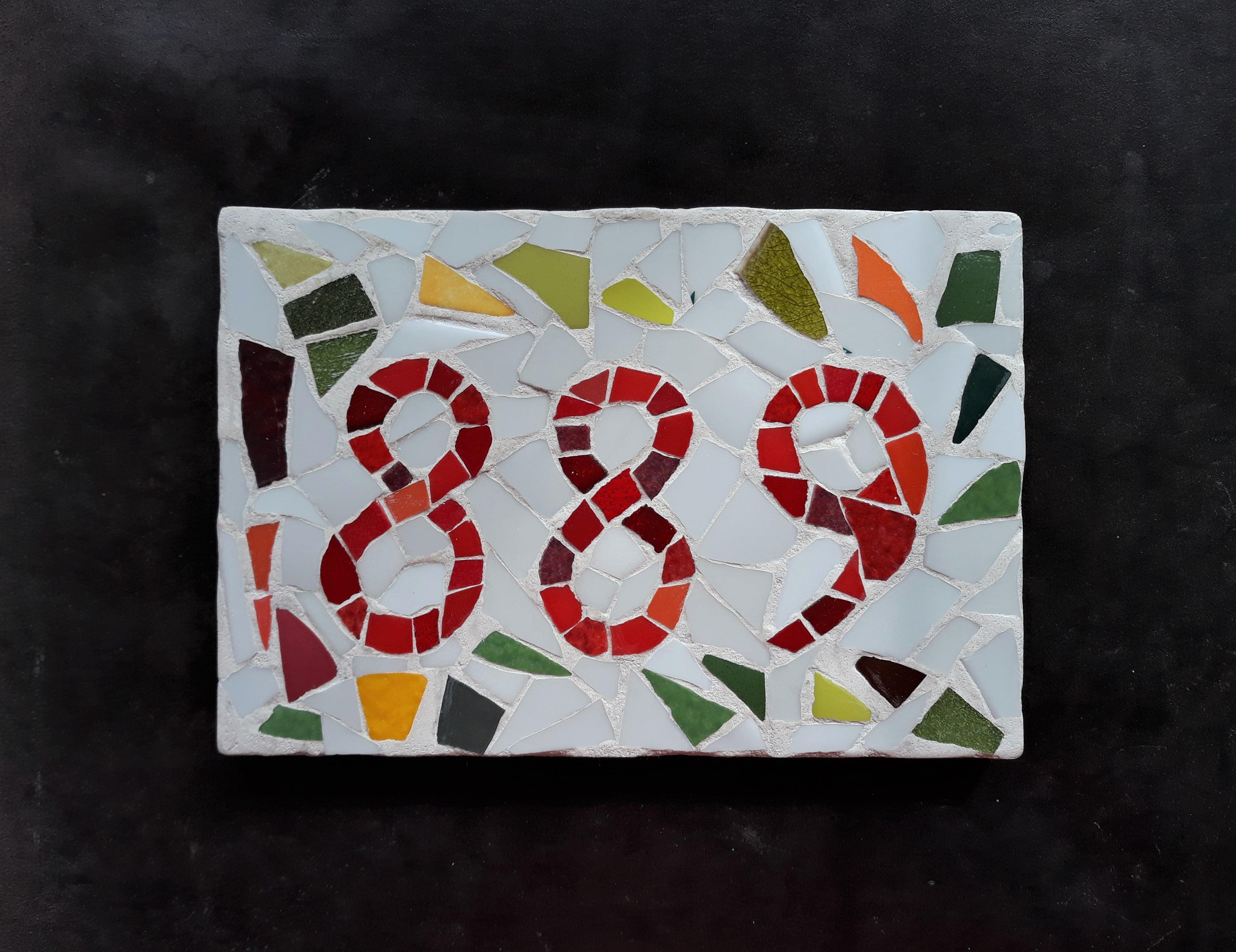 plaque de numéro de maison avec des matériaux de récupération